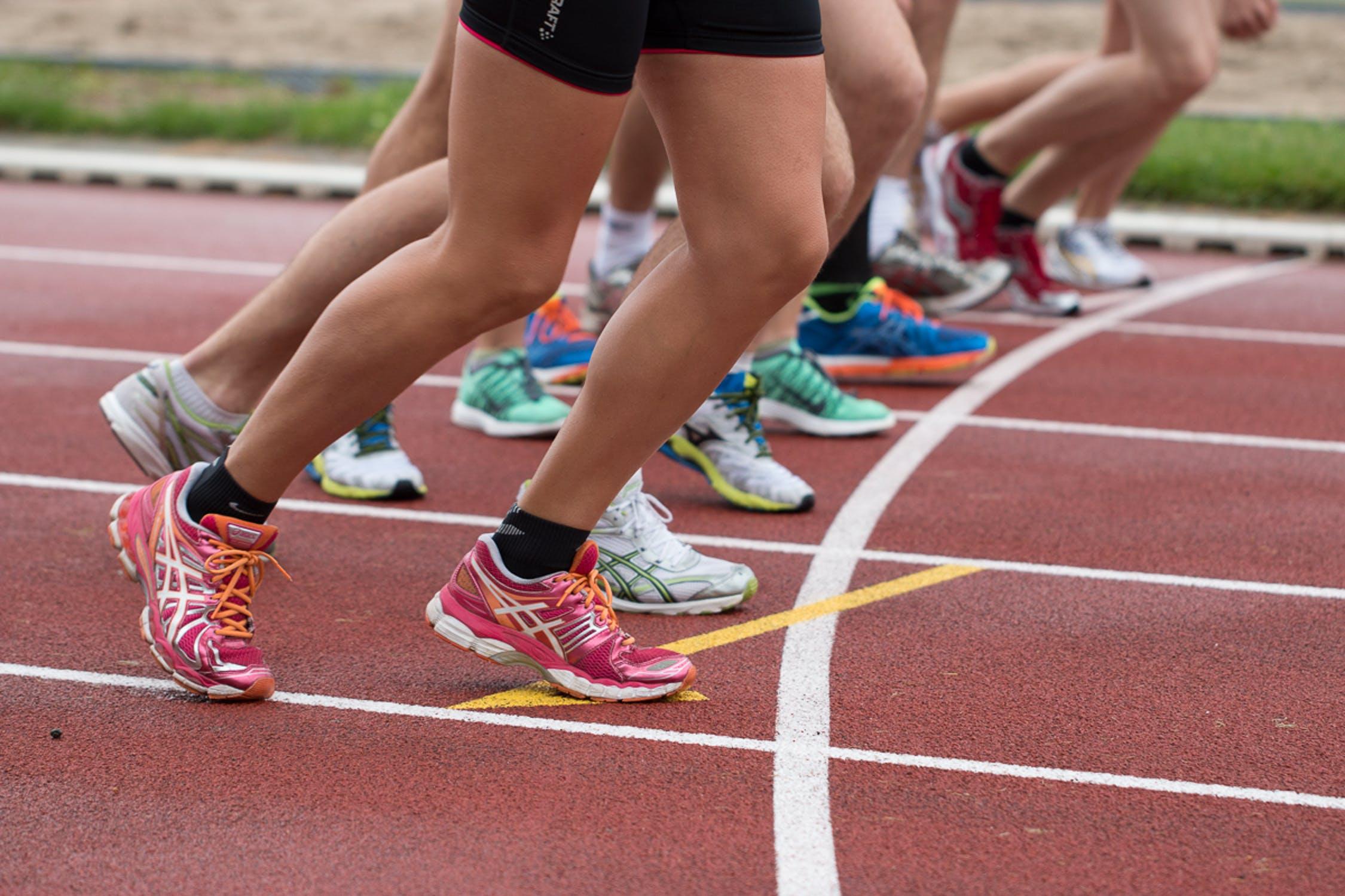 Beyaz Spor Ayakkabı Modelleriyle Tarzınızı Nasıl Yansıtabilirsiniz